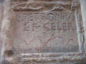 lapida romana Iglesia San Nicolas Murcia 300x225 La lápida romana de la Iglesia de San Nicolás