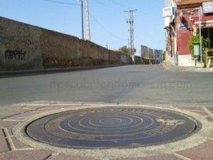 Camino de la Fuensanta Santiago el Mayor Murcia 300x225 Una tapa de alcantarillado ilicitana en el barrio de Santiago el Mayor