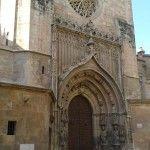 La puerta gótica de los Apóstoles y el escudo de Isabel II