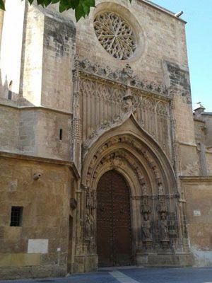 Puerta de los Apostoles Catedral Murcia La puerta gótica de los Apóstoles y el escudo de Isabel II
